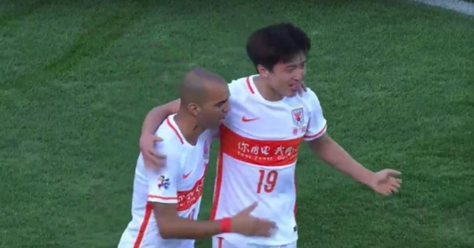 Diego Tardelli e Yang Xu comemoram gol do Shandong Luneng contra o Adelaide United
