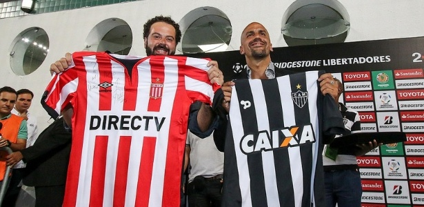 Verón recebeu uma camisa e uma placa do Atlético-MG e retribuiu com uma camisa do Estudiantes