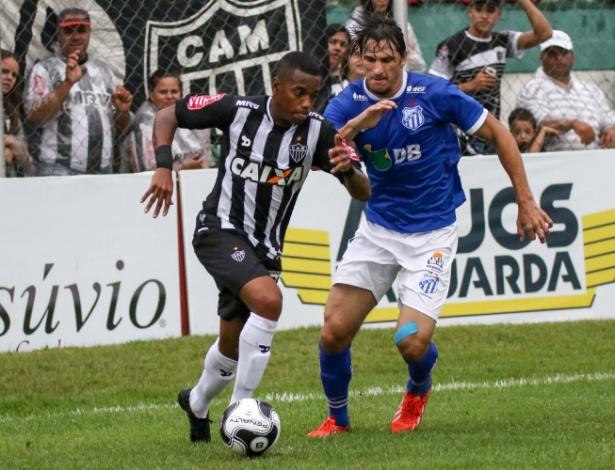 Robinho tem calçado chuteiras pretas no Atlético-MG