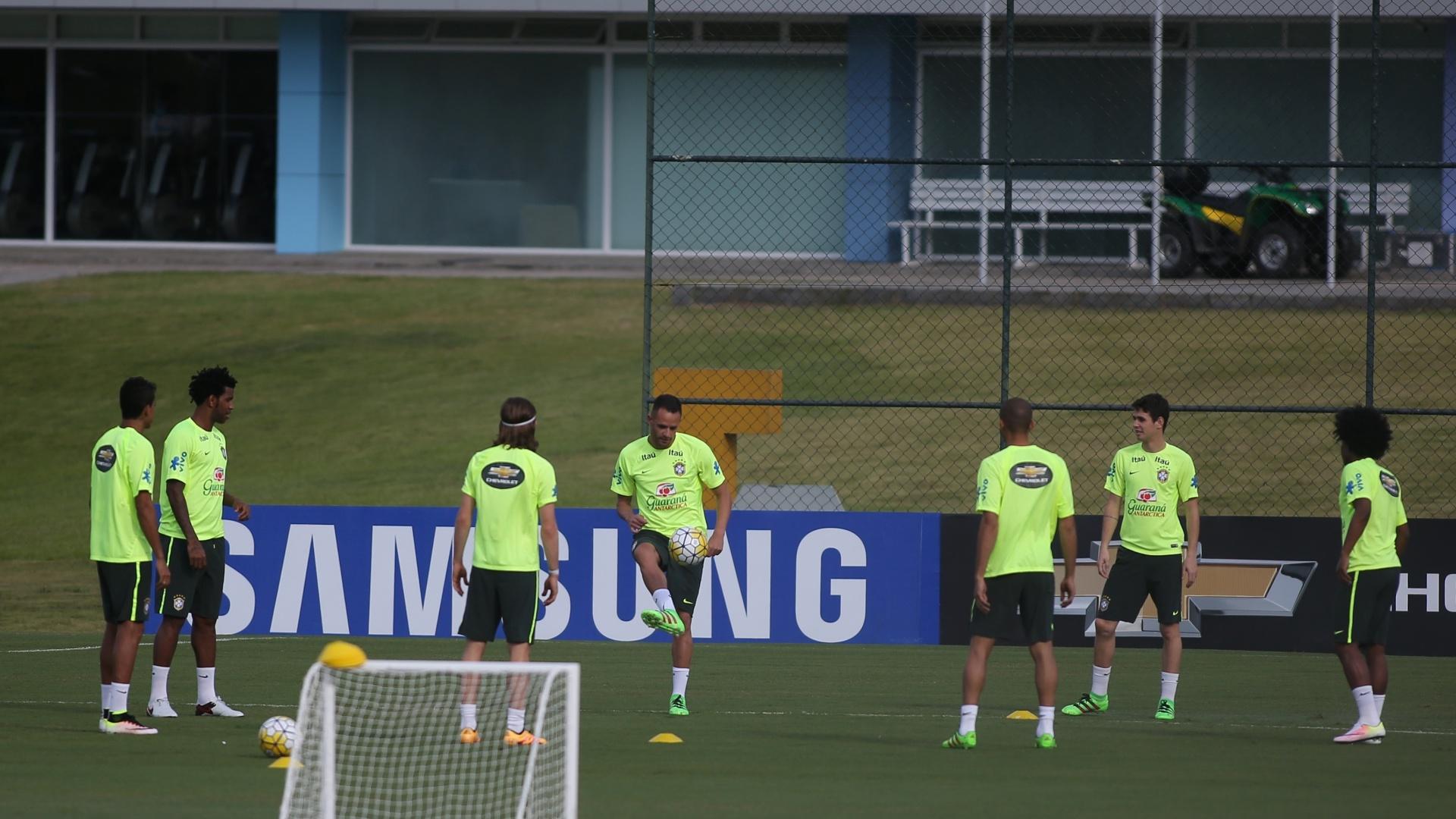Seleção brasileira treina com sete atletas em campo no primeiro treino para enfrentar Uruguai e Paraguai