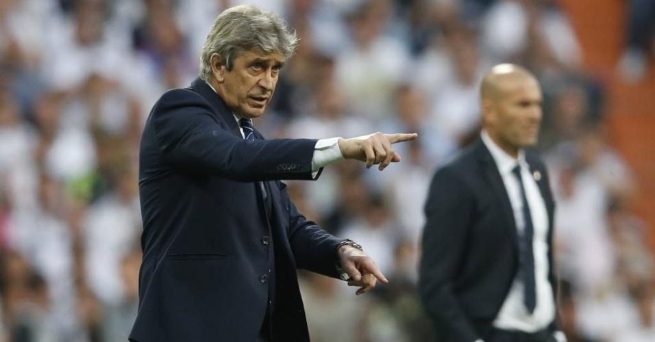 Manuel Pellegrini, técnico do Manchester City, e Zinedine Zidane, treinador do Real Madrid, em ação no Santiago Bernabéu