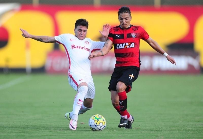 Jogadores de Inter e Vitória disputam lance na partida válida pelo Campeonato Brasileiro