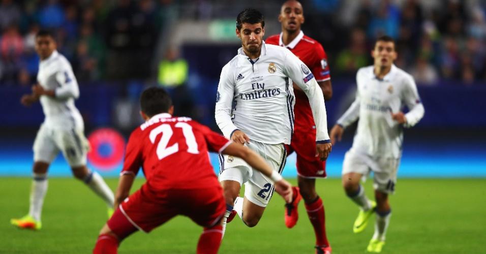 Alvaro Morata, do Real Madrid, parte pra cima da marcação do jogador do Sevilla