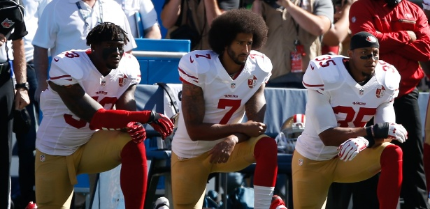 Kaepernick e ex-companheiros de 49ers em protesto durante o hino nacional