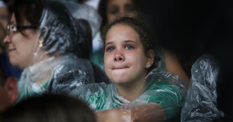 De olhos inchados, torcedora aguarda chegada dos caixões das vítimas à Arena Condá