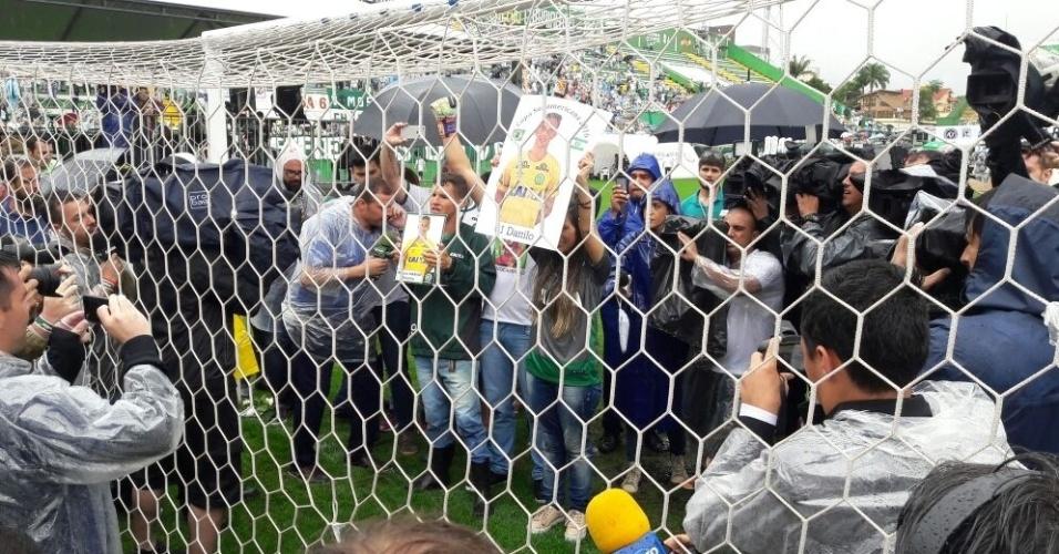 Letícia, mulher do goleiro Danilo, protagonizou um dos momentos mais emocionantes. Após a cerimônia, foi ao gol onde o marido fez sua última defesa, contra o San Lorenzo (ARG) e que ajudou a colocar a Chape na final da Copa Sul-Americana. Ela levantou a foto do goleiro e todos aplaudiram bastante.
