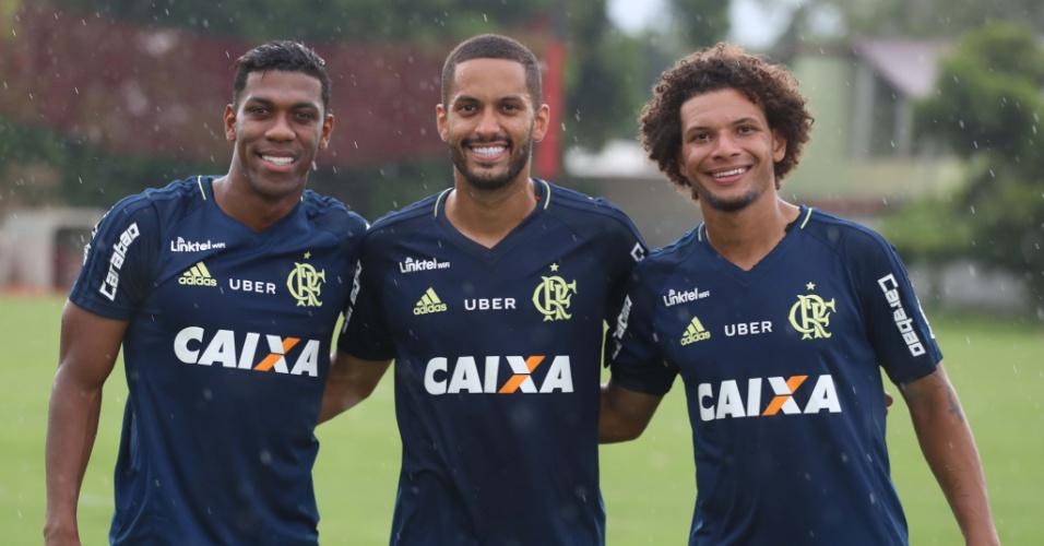 Orlando Berrío (e) posa com Romulo e Willian Arão no último treino antes da estreia
