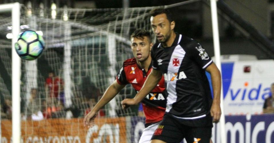 Nenê busca a bola no clássico contra o Flamengo