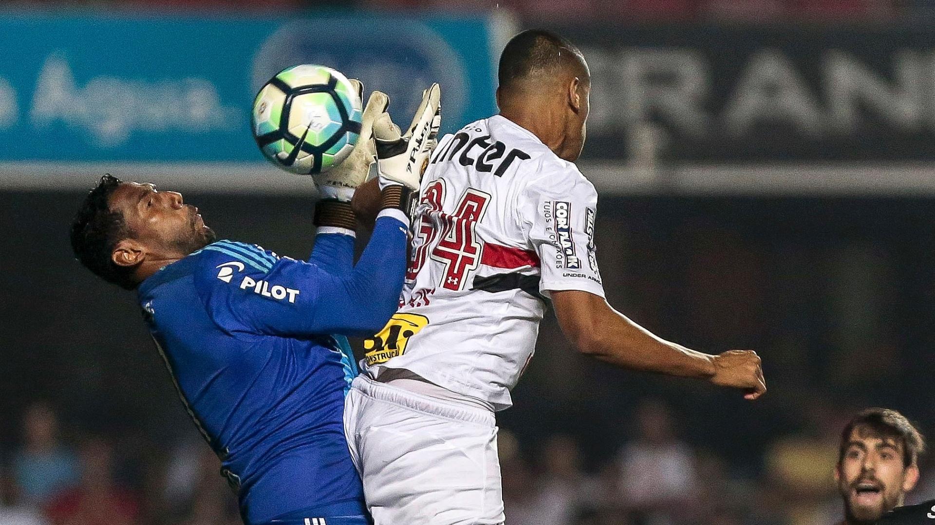 Bruno Alves ganha de Aranha e faz o segundo do São Paulo