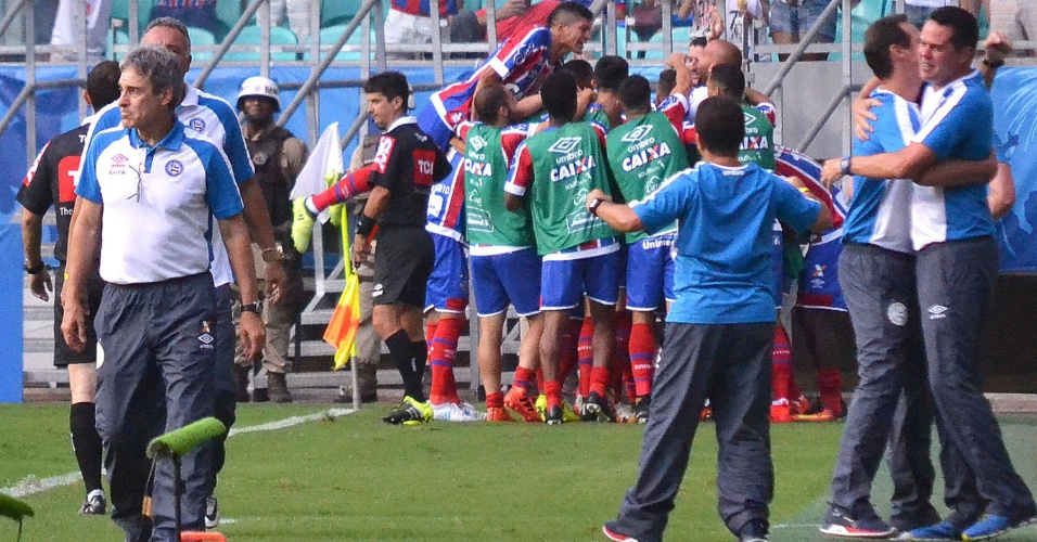 Jogadores do Bahia comemoram gol marcado contra o Vitória