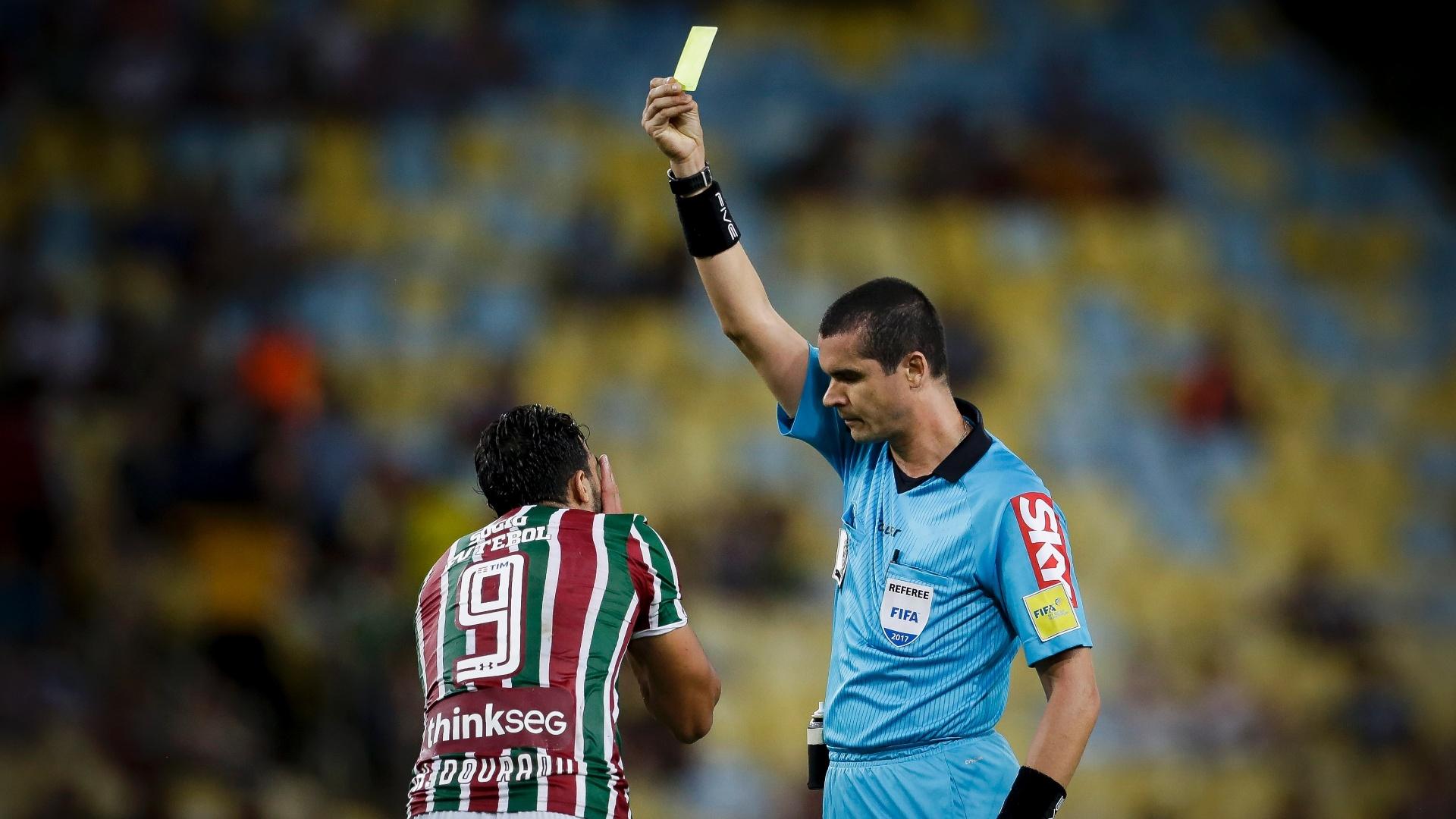 Henrique Dourado, do Fluminense, recebe cartão amarelo no jogo contra o Coritiba
