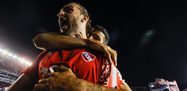 Gastón Silva comemora abraçado por Gigliotti, que fez dois gols
