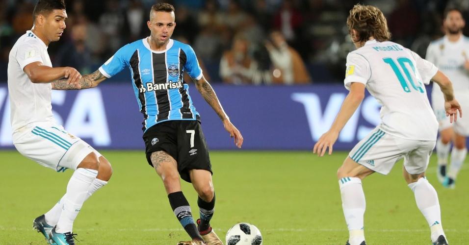 Luan encara a marcação de Casemiro e Modric na final entre Grêmio e Real