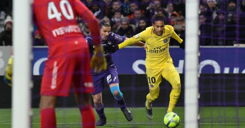 Neymar vai para cima da marcação na partida entre PSG e Toulouse na França