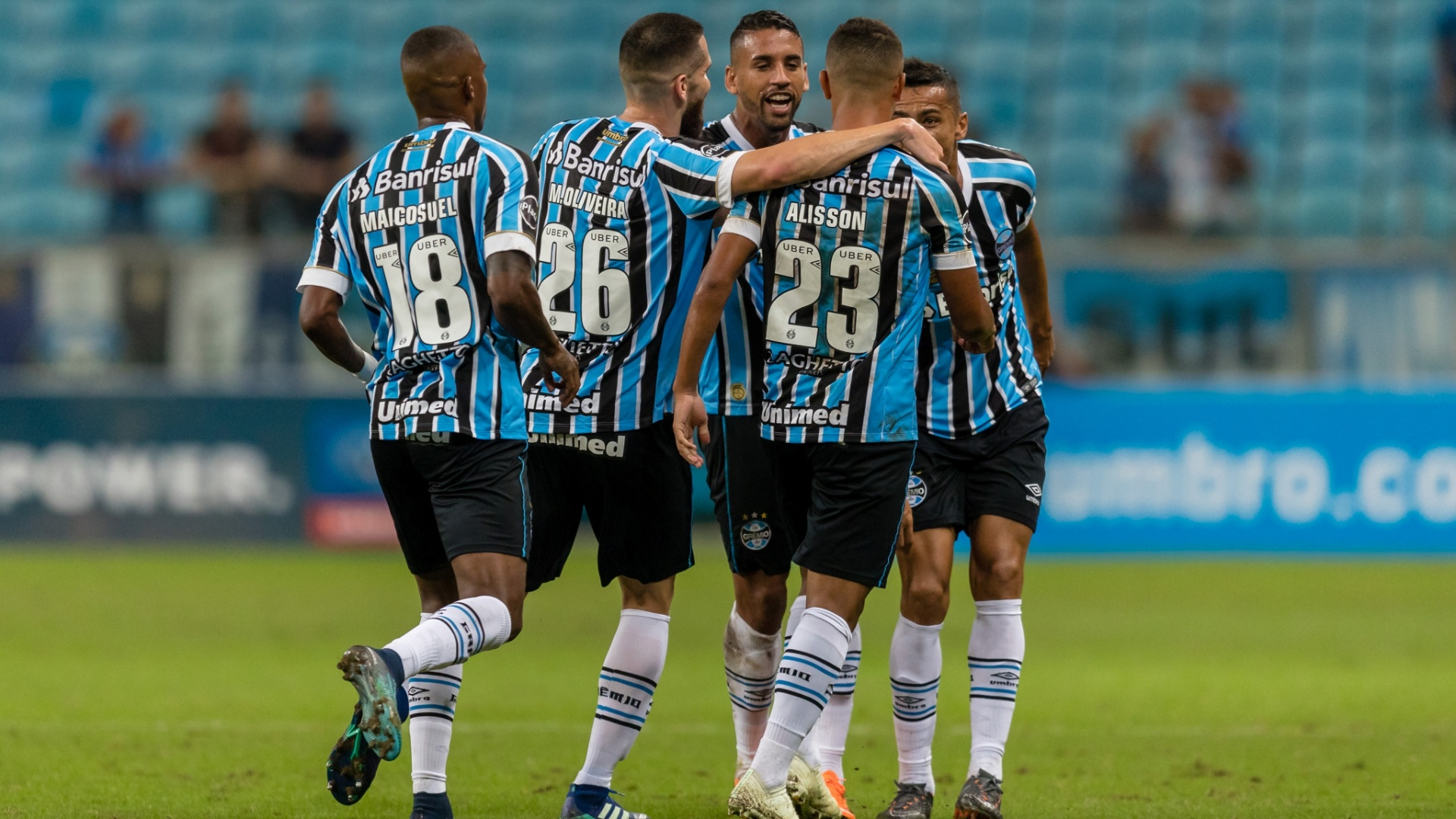 Alisson comemora gol do Grêmio sobre o Goiás