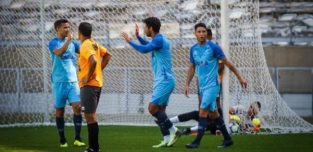 De cabeça, Leo foio responsável por marcar o gol do Cruzeiro contra o Coimbra