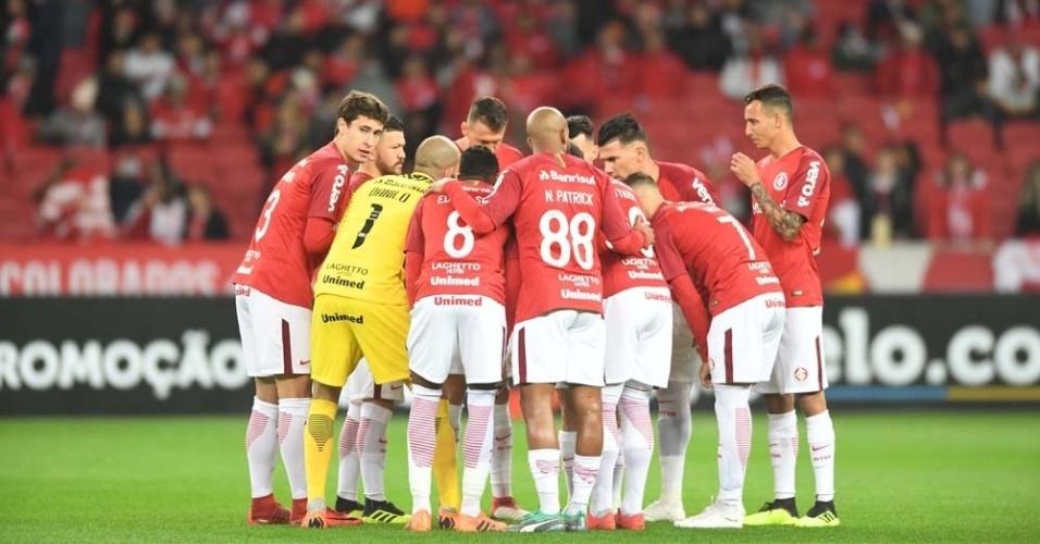 Jogadores do Internacional se reúnem em campo para partida contra o Ceará pelo Campeonato Brasileiro
