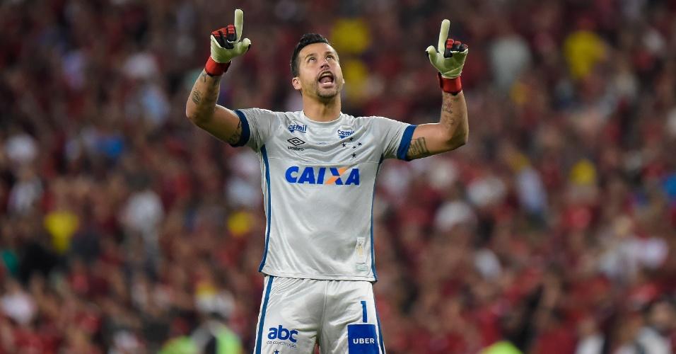 Goleiro do Cruzeiro, Fabio comemora gol sobre o Flamengo