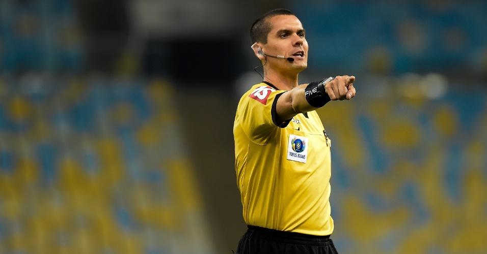 O árbitro Ricardo Marques Ribeiro apita o jogo entre Fluminense e Corinthians