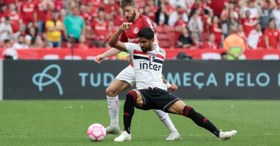 Fabiano e Tréllez brigam pela bola durante duelo entre Inter e São Paulo