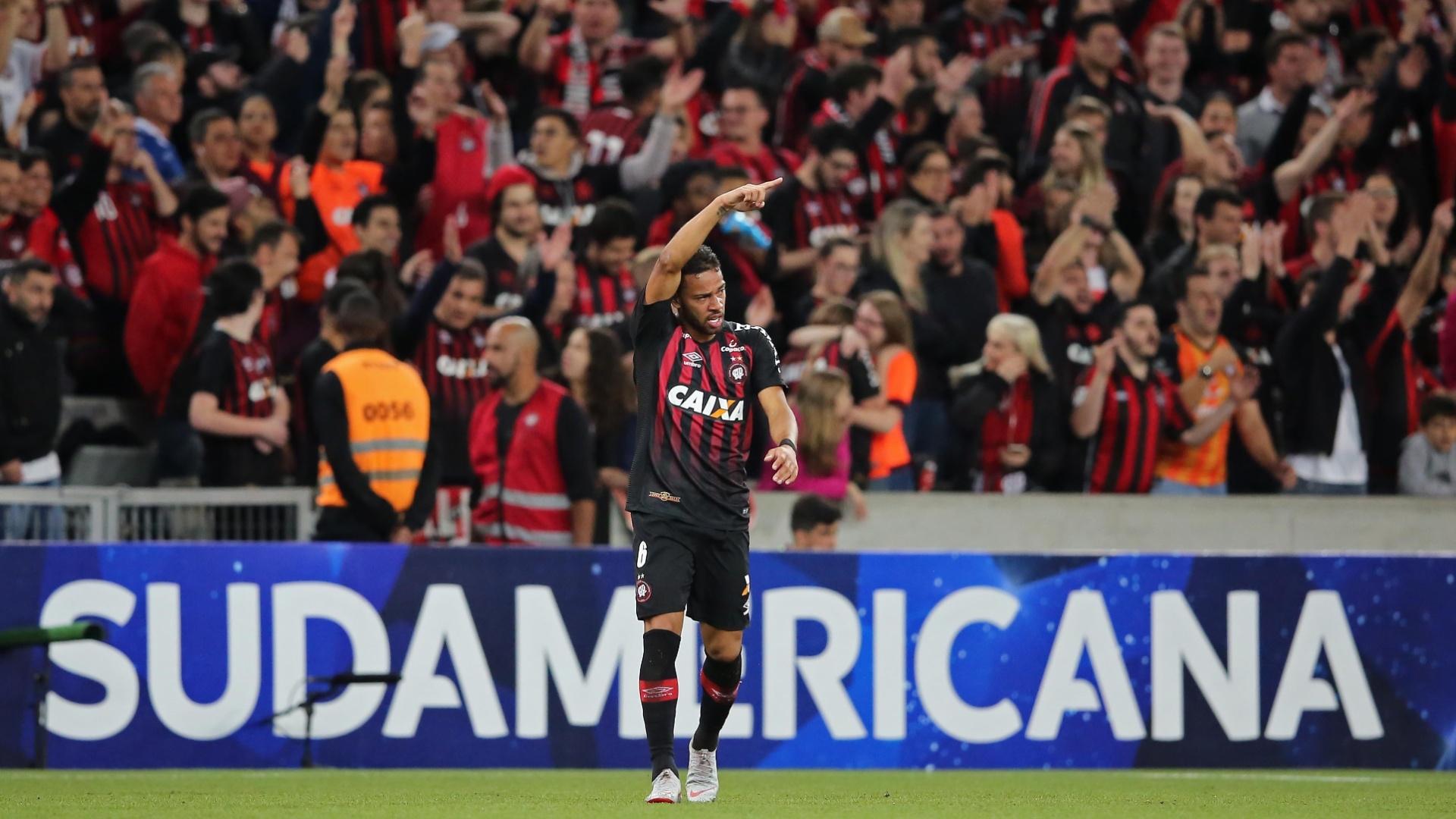 Renan Lodi comemora gol do Atlético-PR em semifinal contra o Fluminense