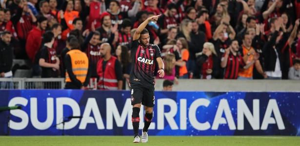 Renan Lodi festeja gol que abriu a contagem em Curitiba
