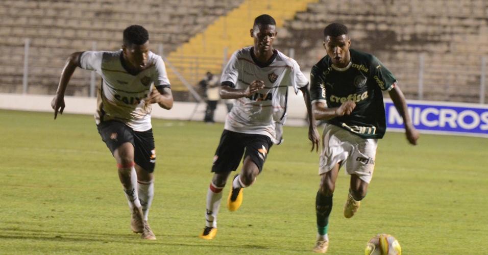 d13e7500107 Jogador do Palmeiras encara marcação durante jogo contra o Vitória