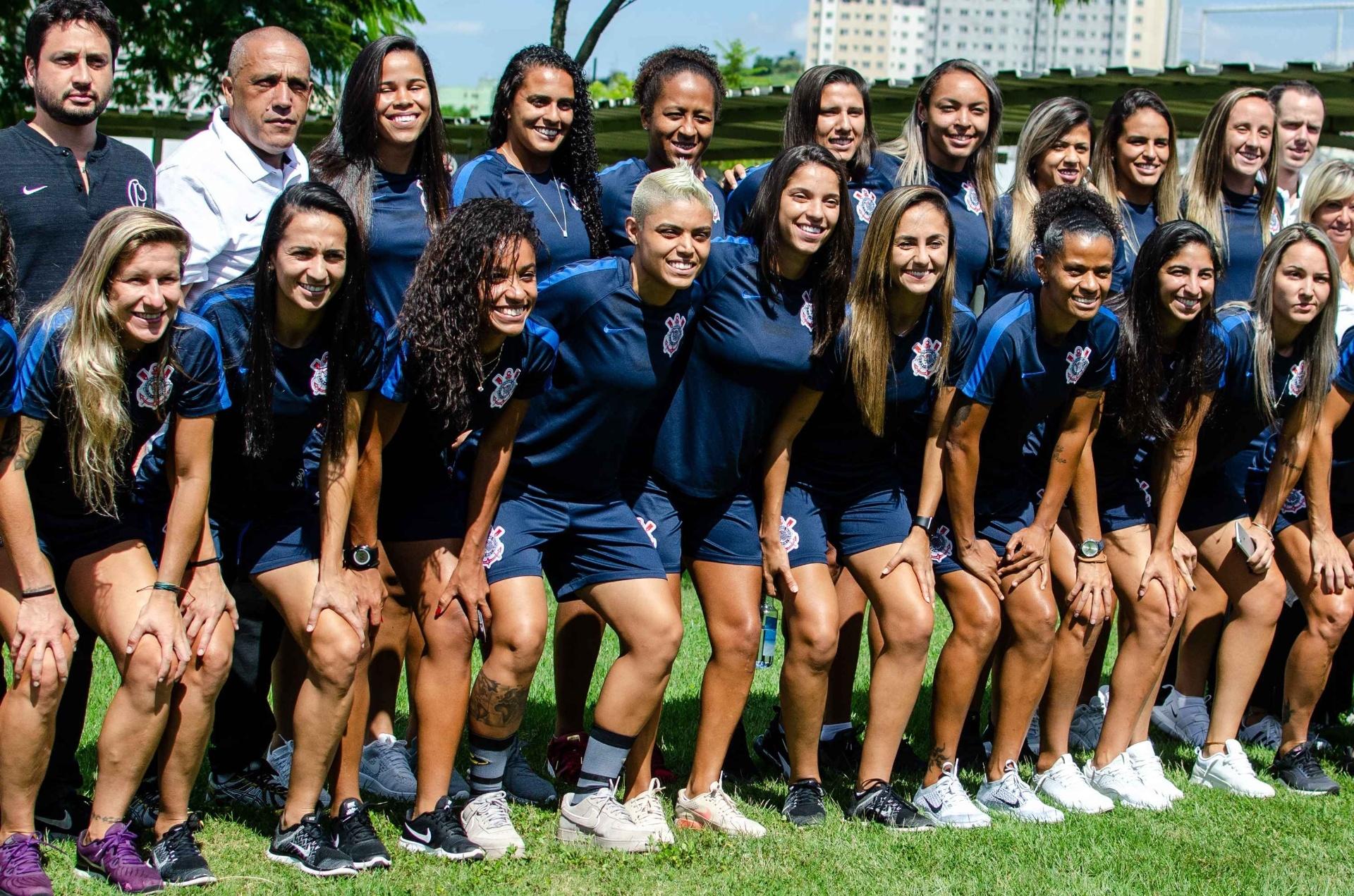 Corinthians apresenta time feminino que busca título pelo 4º ano seguido -  17 01 2019 - UOL Esporte 8940313a11138