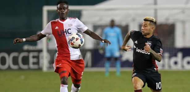 Luciano Acosta (à dir.) durante duelo contra New England Revolution na MLS - Geoff Burke/USA TODAY Sports
