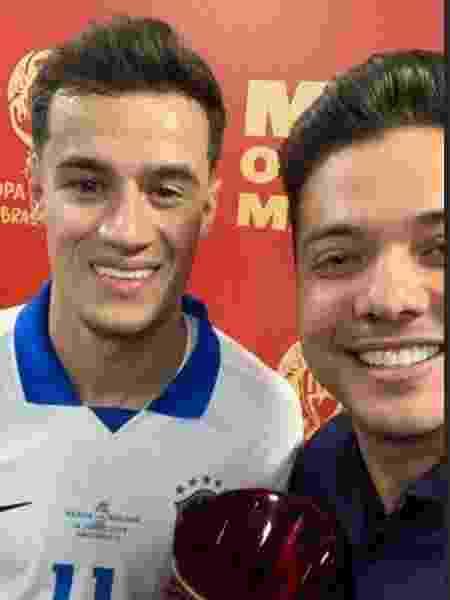 Coutinho recebeu o troféu de melhor em campo das mãos de Wesley Safadão - Reprodução/Instagram