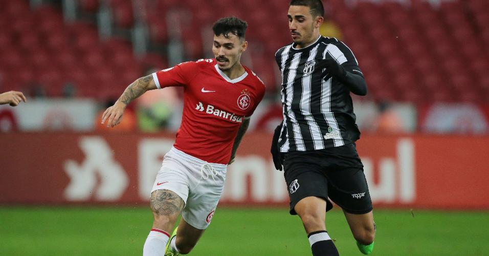 Zeca, do Internacional, em disputa de bola com Thiago Galhardo, do Ceará