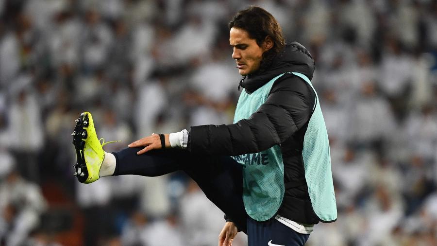 Cavani não passou da etapa de aquecimento durante o confronto entre PSG e Real Madrid - GABRIEL BOUYS / AFP