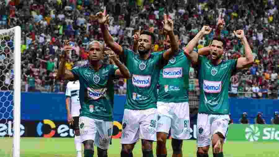 Jogadores do Manaus comemoram gol de Rossini para eliminar o Coritiba pela Copa do Brasil - PAULO BINDA /MYPHOTO PRESS/ESTADÃO CONTEÚDO