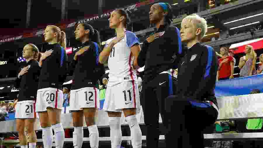 Em 2016, Megan Rapinoe se ajoelhou durante o hino antes da partida entre Estados Unidos e a Holanda - Kevin C. Cox/GETTY IMAGES NORTH AMERICA/AFP