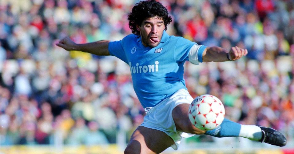 Diego Maradona chuta a gol com a camisa do Napoli em 26 de outubro de October 1986