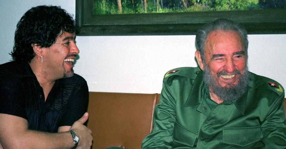 Diego Maradona com o ditador cubano Fidel Castro em 29 de outubro de 2001