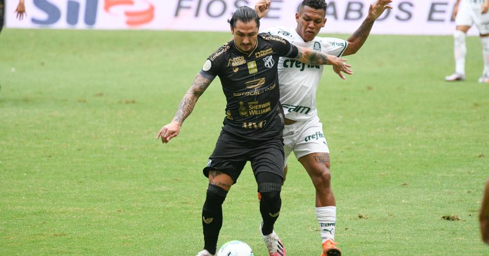 Vina e Gabriel Verón disputam bola na partida entre Ceará x Palmeiras, pelo Brasileirão
