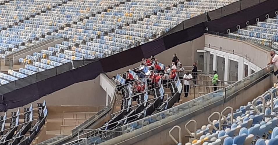 Dirigentes do Inter acompanham jogo contra o Flamengo nas arquibancadas do Maracanã