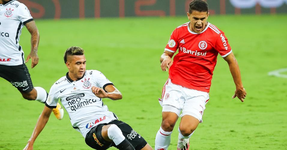 Caio Vidal disputa bola com Cantillo no Beira Rio