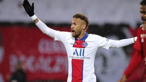 Neymar gesticula na partida entre PSG e Brest pelo Campeonato Francês