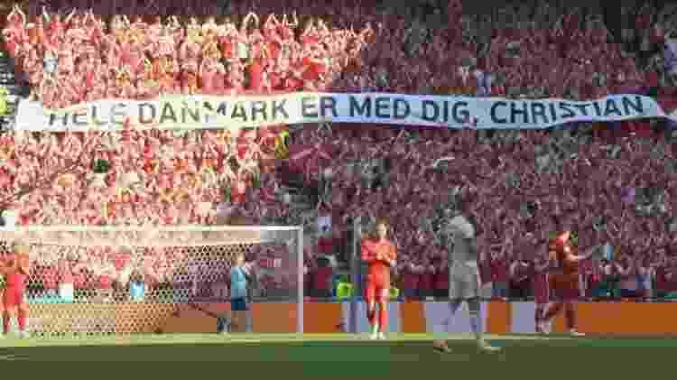 Faixas de apoio a Eriksen foram exibidas pela torcida dinamarquesa; jogo ficou paralisado por um minuto - Reprodução/SporTV - Reprodução/SporTV