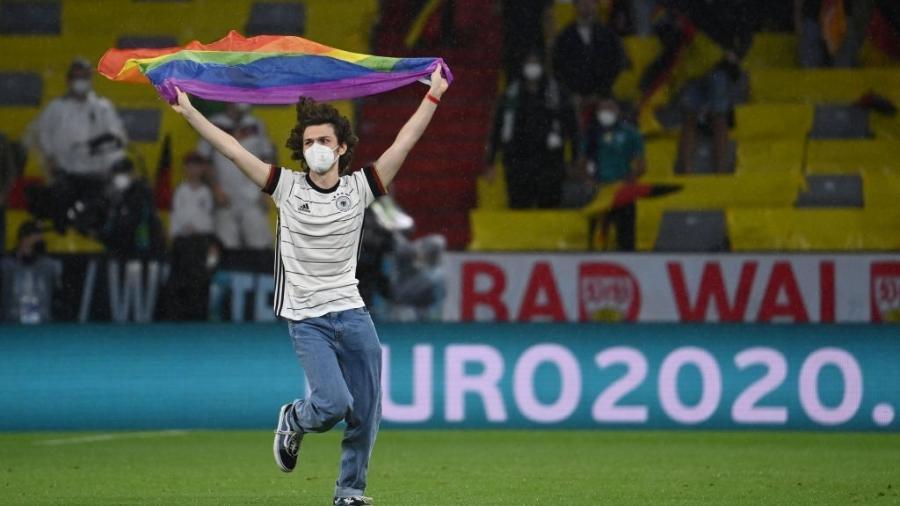 Torcedor invade campo com bandeira LGBTQIA+ antes de Alemanha x Hungria, pela Eurocopa - dpa/picture alliance via Getty I