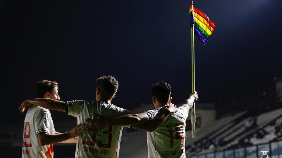 Germán Cano ergue a bandeira LGBTQIA+ na comemoração de gol na vitória contra o Brusque - Rafael Ribeiro / Vasco