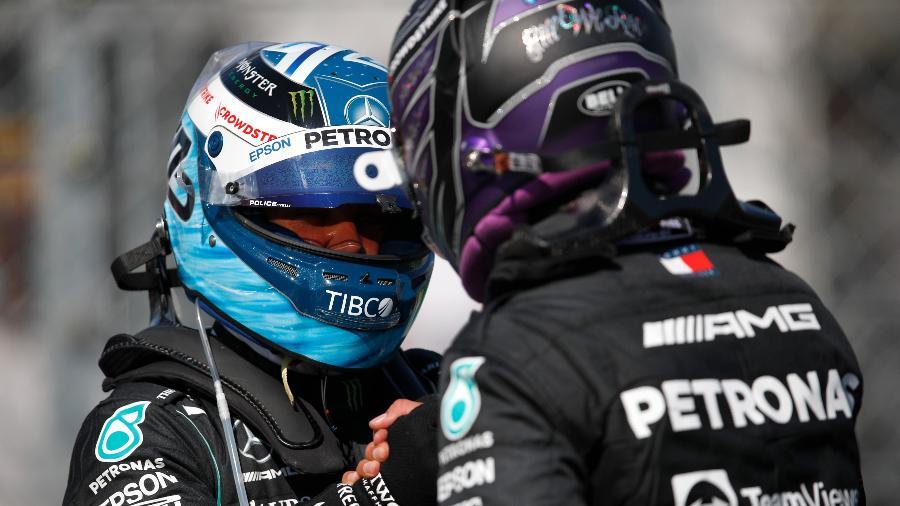 Bottas (esq) e Hamilton se cumprimentam após garantirem a primeira fila no grid do GP da Hungria - Mercedes