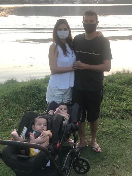 André Rizek e Andréia Sadi posam ao lado dos filhos gêmeos  - Reprodução