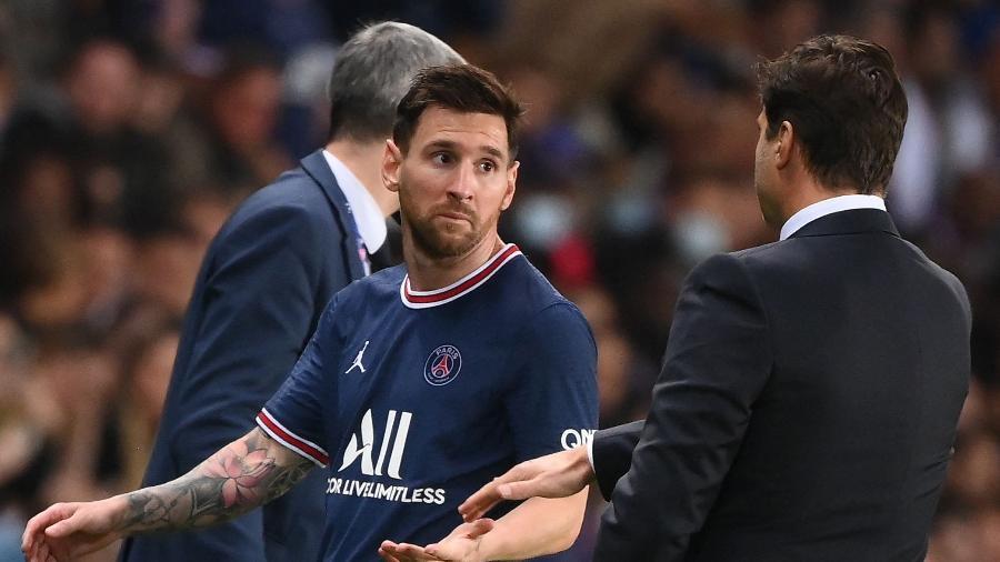 Lionel Messi olha para o técnico Mauricio Pochettino após ser substituído em jogo do PSG - FRANCK FIFE / AFP