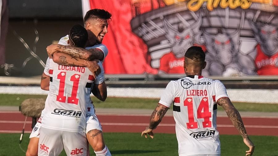 Rigoni comemora com Luciano e Liziero seu gol contra o Atlético-GO - Marcello Zambrana/AGIF
