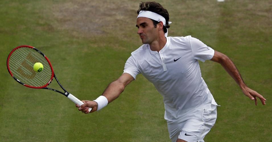 Roger Federer voleia durante sua partida de quartas de final em Wimbledon