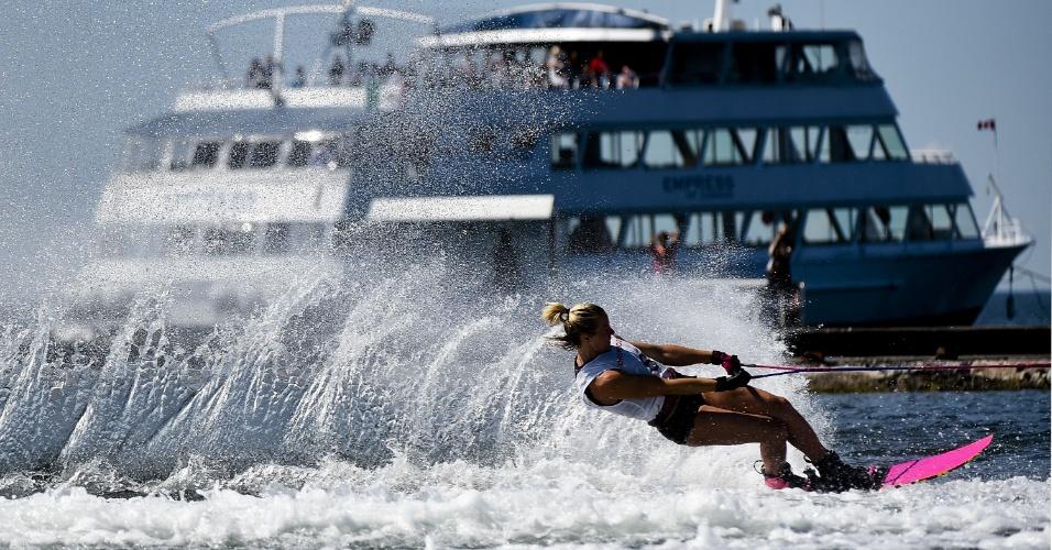 Whitney McClintock, do Canadá, durante a prova de esqui aquático