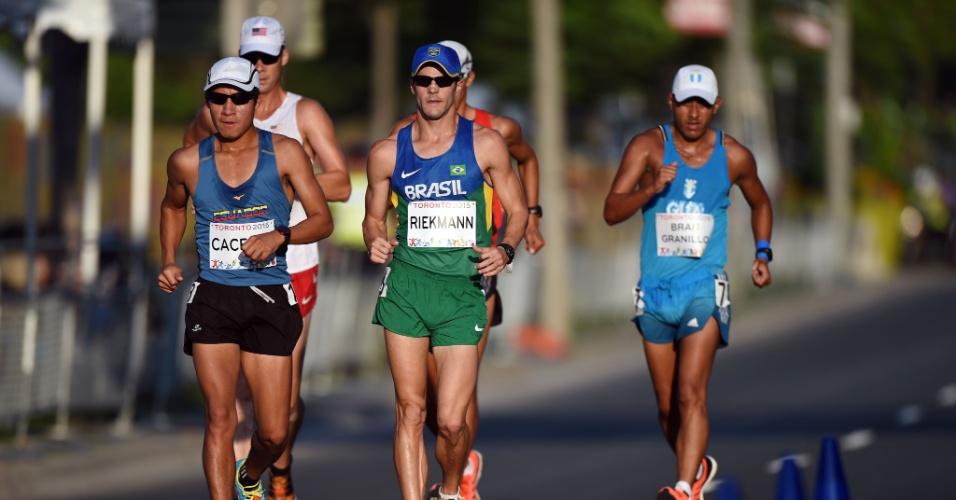 Jonathan Riekmann tenta se livrar de adversários durante disputa da marcha atlética no Pan-Americano; brasileiro abandonou prova